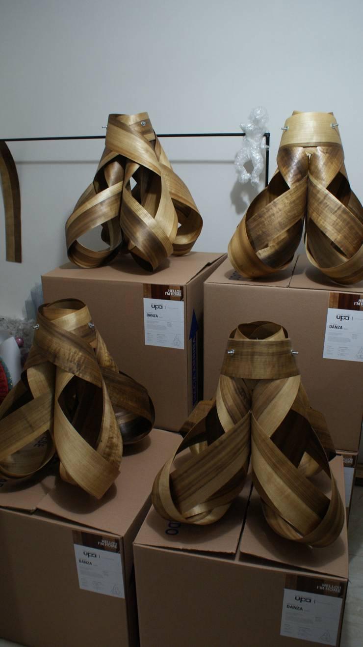 DANZA LAMP: Oficinas y tiendas de estilo  por UP-A mobiliario por Jorge Torres y Mariana Verdiguel