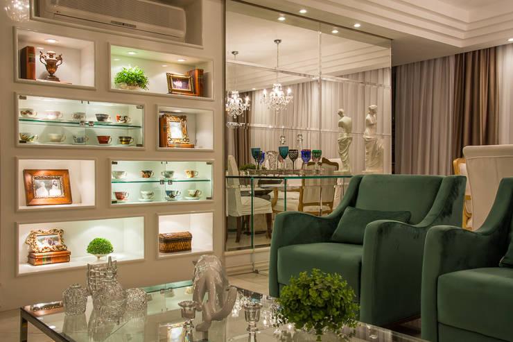 Living clássico m verde esmeralda: Salas de estar  por marli lima designer de interiores