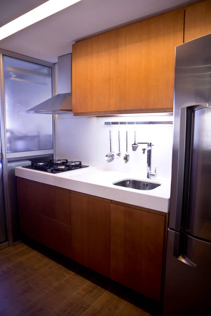 APARTAMENTO GUAÍBA: Cozinha  por Joana & Manoela Arquitetura