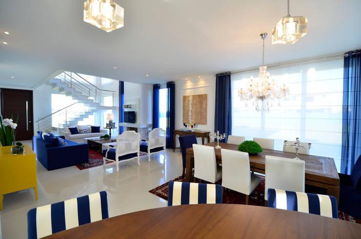 Casa de Praia Azul Marinho: Salas de estar  por marli lima designer de interiores