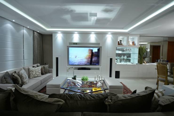 Living classico em tons neutros: Salas de estar  por marli lima designer de interiores