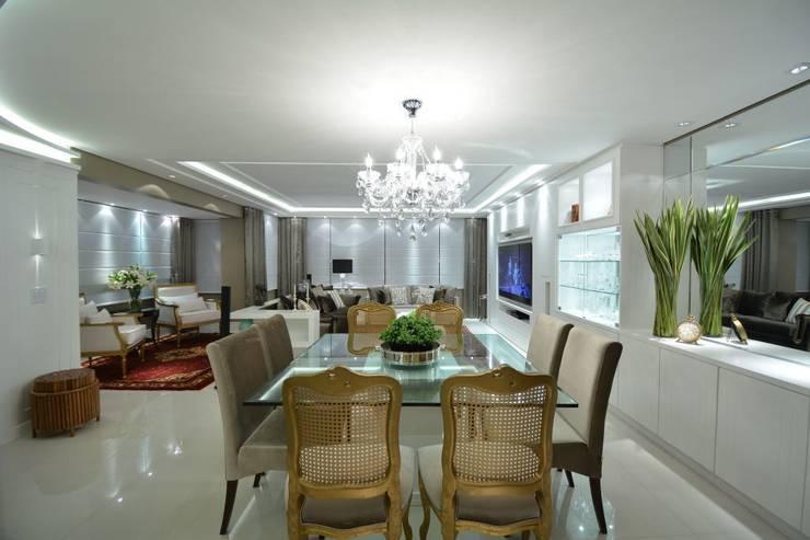 Living classico em tons neutros: Salas de estar clássicas por marli lima designer de interiores