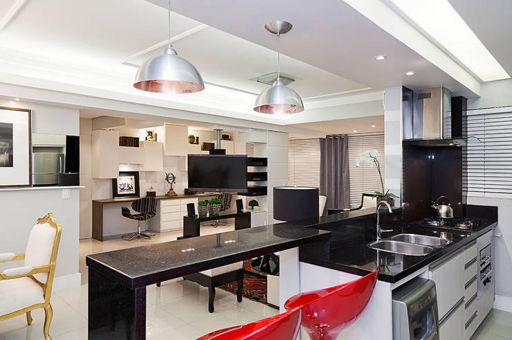 Living em Preto Branco e Cinza: Cozinhas modernas por marli lima designer de interiores