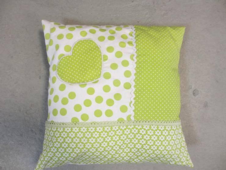 Kussen met groene patchwork:   door Leonietje's, Landelijk