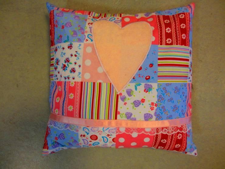 Kussen met patchwork in verschillende kleuren:   door Leonietje's, Landelijk