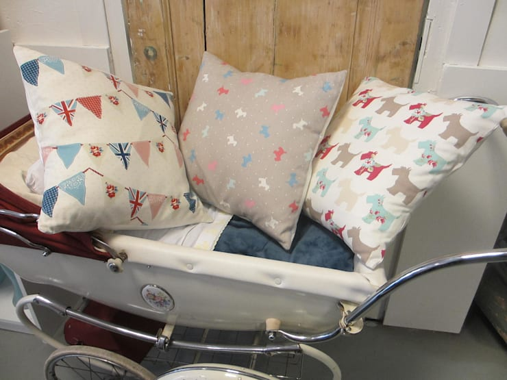 Verschillende kussens met leuke printjes: landelijke Kinderkamer door Leonietje's