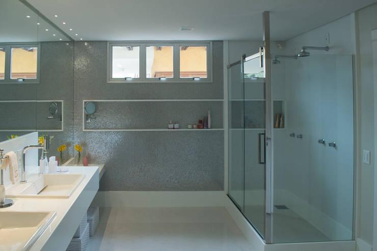 Sala de banho : Banheiros  por Casa Habitada