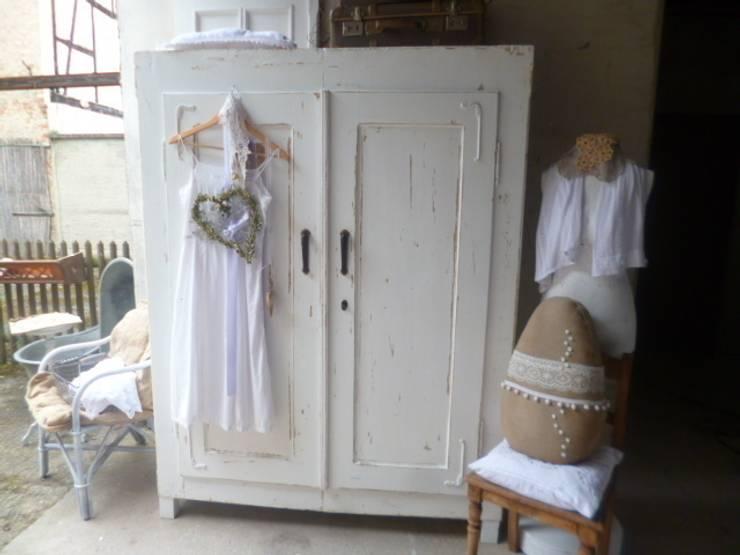 Vestidores y closets de estilo escandinavo por Kunstwerkstatt