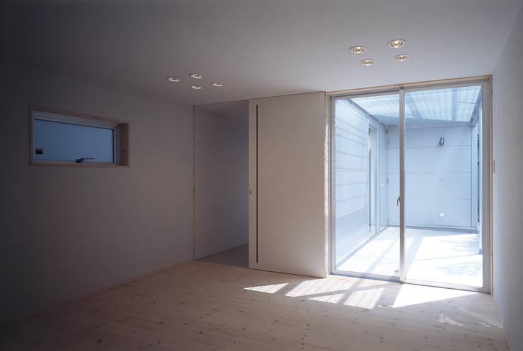 借景の家: 充総合計画 一級建築士事務所が手掛けた寝室です。