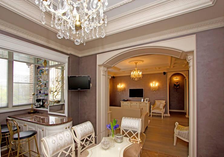 Вид на гостиную из столовой.:  в . Автор – архитектор Виктория Тажетдинова