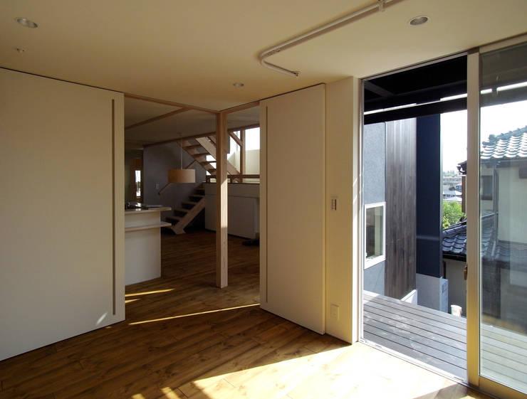 OPERA: 充総合計画 一級建築士事務所が手掛けた寝室です。