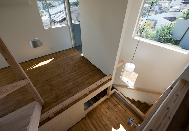 OPERA: 充総合計画 一級建築士事務所が手掛けたリビングです。