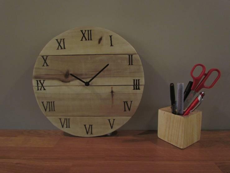 Reloj madera todo números: Hogar de estilo  de Mueblets
