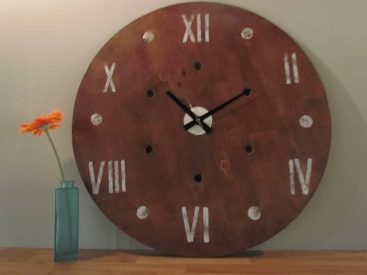 Reloj madera gigante: Hogar de estilo  de Mueblets