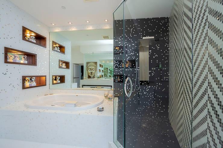 Sunny Isles - FL - US: Banheiros modernos por Infinity Spaces
