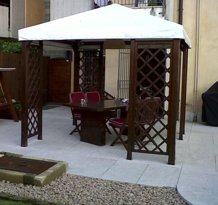 Valentino Esterni: strutture ed arredo per esterni: Balcone, Veranda & Terrazzo in stile  di Arredo urbano service srl