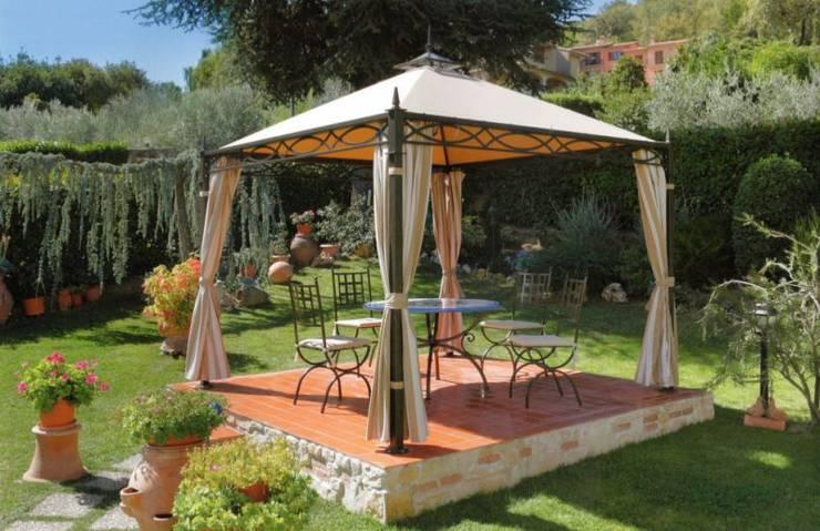 Jardines de estilo moderno por Arredo urbano service srl