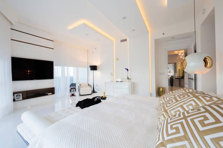 Camera da letto in stile  di Infinity Spaces