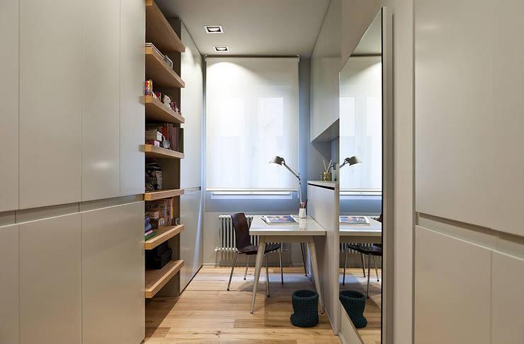 Reforma integral en el centro de Bilbao.: Estudios y despachos de estilo  de URBANA 15