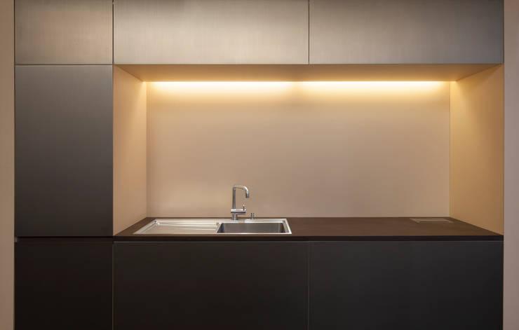 Edelstahl Küche mit indirekter Beleuchtung :  Küche von 16elements GmbH