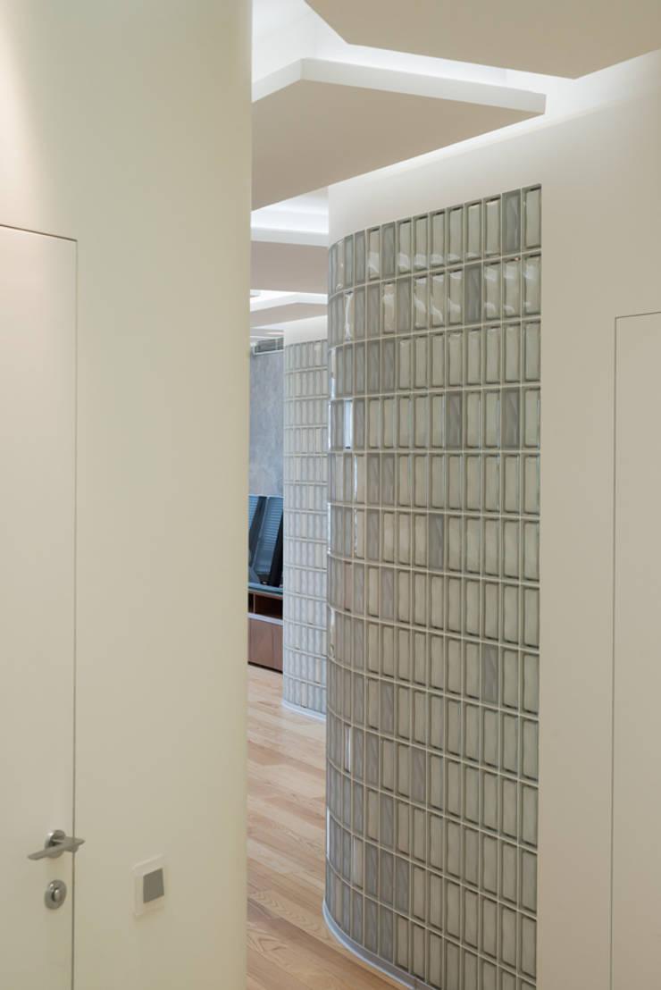 Квартира на Западе Москвы: Коридор и прихожая в . Автор – Kerimov Architects, Минимализм
