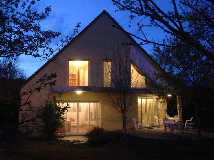 maison M&Mme V : vue côté jardin (Sud): Maisons de style  par ANA VAJNOVSZKI ARCHITECTE