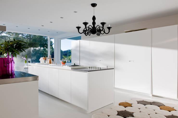 Casas con un estilo minimalista y muy luminosas: Cocinas de estilo  de MSTUDIO FOTOGRAFIA PUBLICITARIA