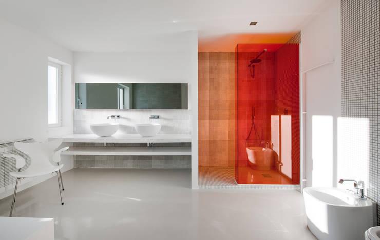 Casas con un estilo minimalista y muy luminosas: Baños de estilo  de MSTUDIO FOTOGRAFIA PUBLICITARIA