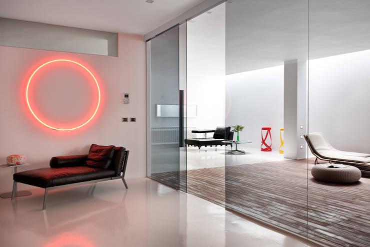 Casas con un estilo minimalista y muy luminosas: Spa de estilo  de MSTUDIO FOTOGRAFIA PUBLICITARIA