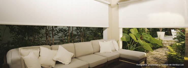Cortinas tipo Rollers: Balcones y terrazas de estilo moderno por Dino Conte