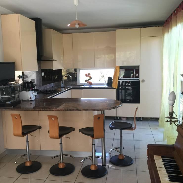 maison M&Mme V : cuisine: Cuisine de style  par ANA VAJNOVSZKI ARCHITECTE
