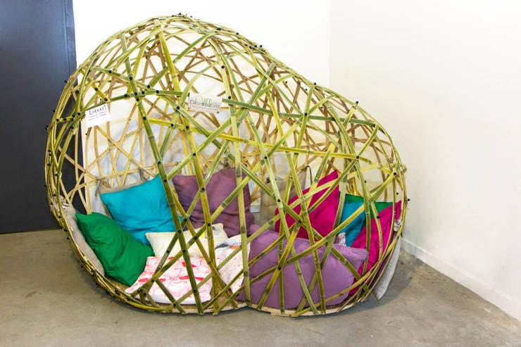 Cocons en bambou: Chambre de style  par Déambulons