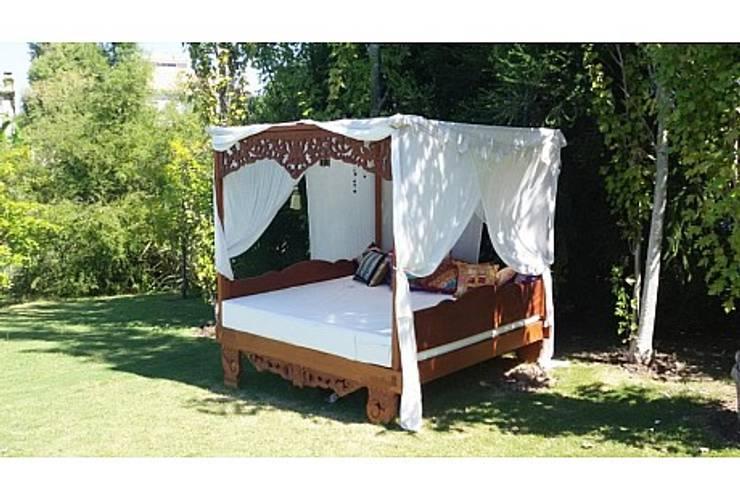 Potpourri de muebles importados: Balcones y terrazas de estilo ecléctico por Opiusly
