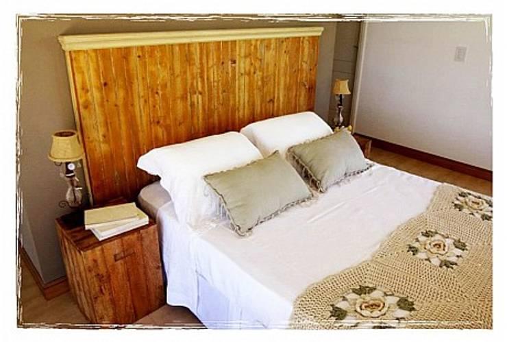 Potpourri de muebles importados: Dormitorios de estilo ecléctico por Opiusly