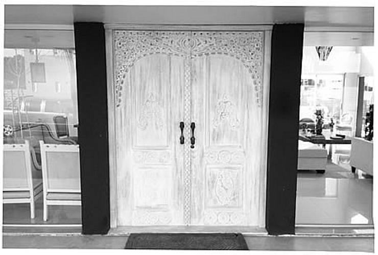 Potpourri de muebles importados: Ventanas y puertas de estilo  por Opiusly