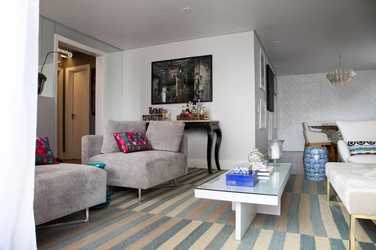 detalhe bar em um living: Salas de estar modernas por Arquitetura Juliana Fabrizzi