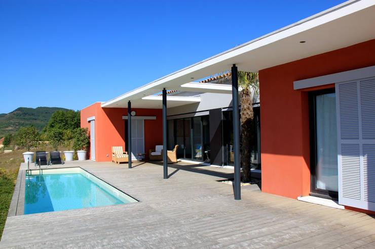 la terrasse et le bassin de nage: Maisons de style  par RAYNAUD JEAN-LUC