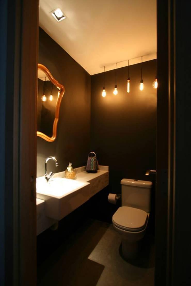 Apartamento LV: Banheiros  por Tellini Vontobel Arquitetura,