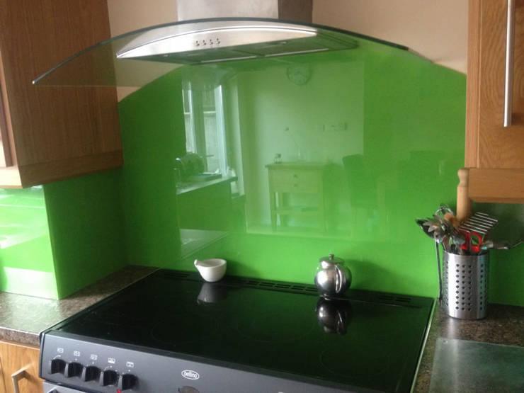 Green curved glass splashback:  Walls & flooring by DIYSPLASHBACKS