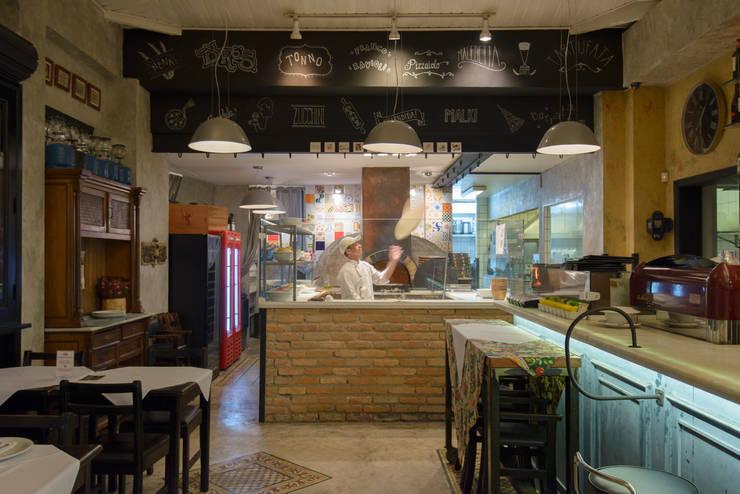 Detalhe forno: Espaços gastronômicos  por Arquitetura Juliana Fabrizzi