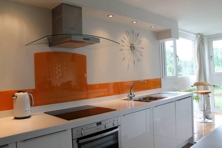 Orange glass splashback & glass upstands:  Walls & flooring by DIYSPLASHBACKS