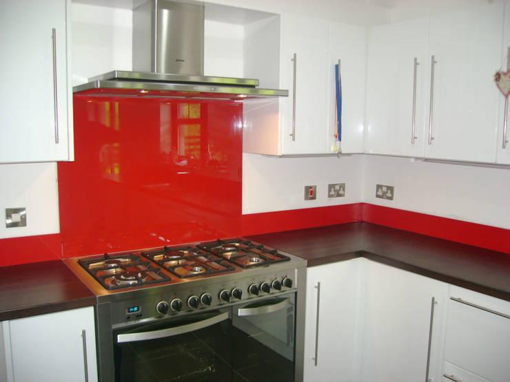 Red Glass splashbacks and matching upstands:  Walls & flooring by DIYSPLASHBACKS
