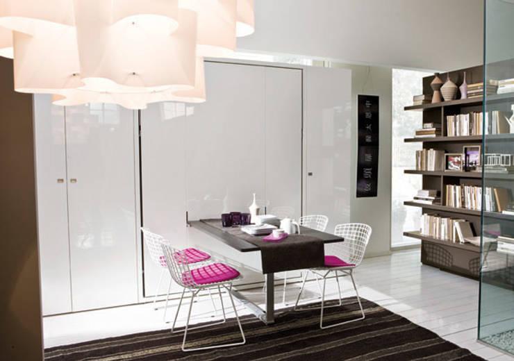 Cama abatible con mesa de comedor incorporada: Salones de estilo  de Mobiliario Xikara