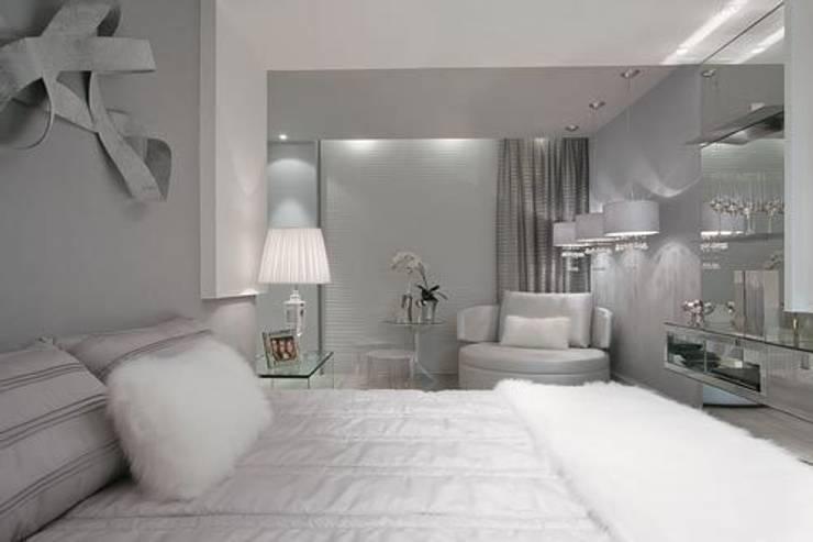 Suíte Casal - Casa Cor PR 2009: Quartos  por Rolim de Moura Arquitetura e Interiores,