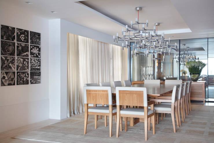 Residência Vieira Souto: Salas de jantar  por Bezamat Arquitetura