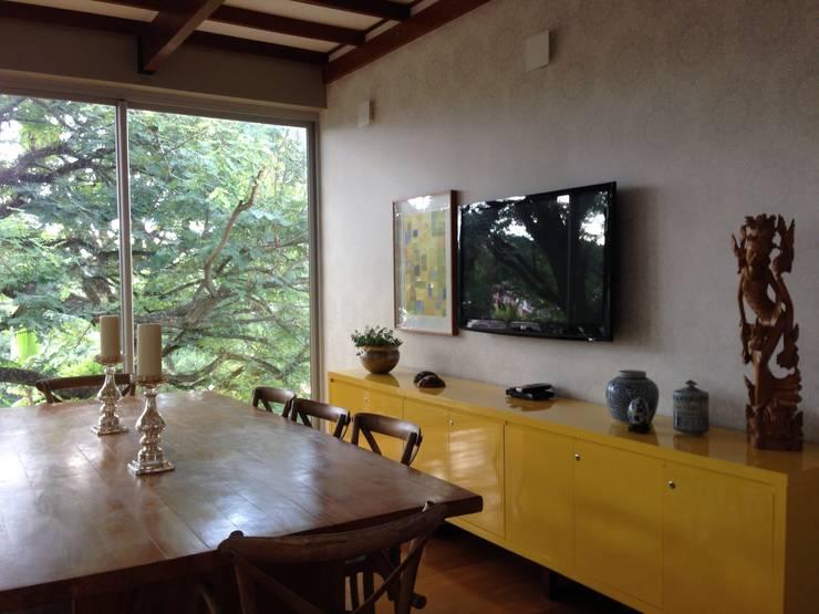 Casa Candelária: Salas de jantar tropicais por Carla Pagotto Arquitetura e Design Interiores