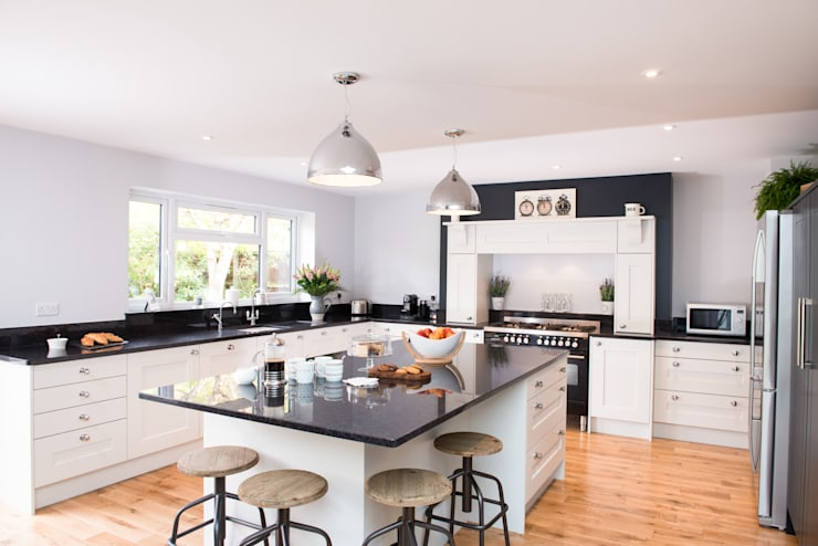 Daval Painted Kitchen - Kitchen Design Surrey: classic Kitchen by Raycross Interiors