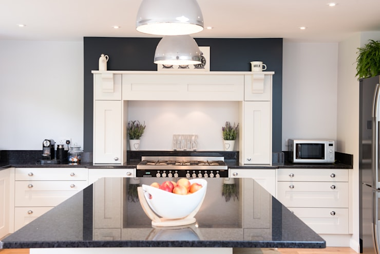Daval Painted Kitchen - Kitchen Design Surrey:  Kitchen by Raycross Interiors