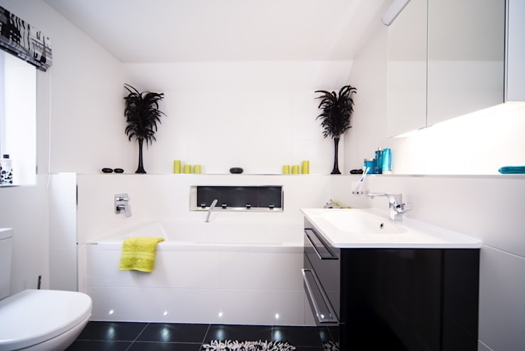Modern Bathroom - Bathroom Design Surrey:  Bathroom by Raycross Interiors