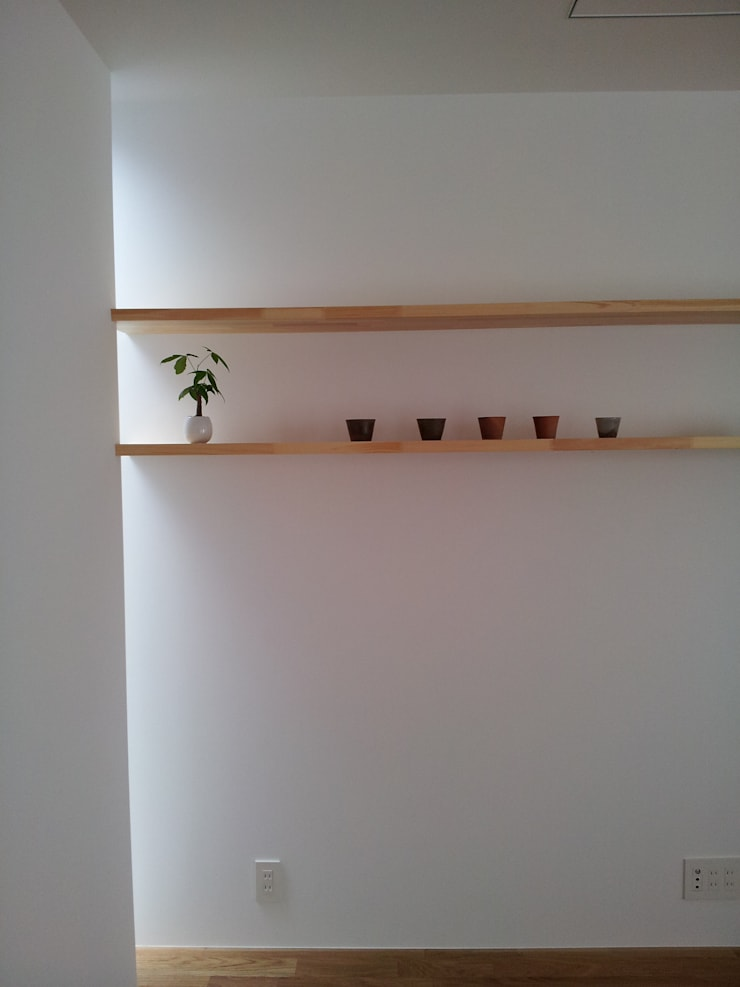 棚: 内田建築デザイン事務所が手掛けたリビングです。